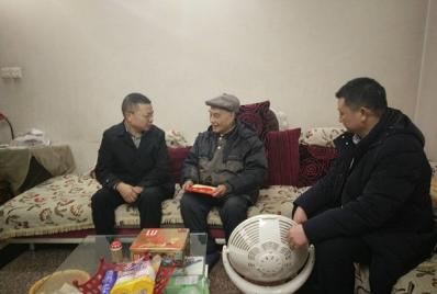 中心领导对部分退休老同志、在职干部职工进行春节慰问